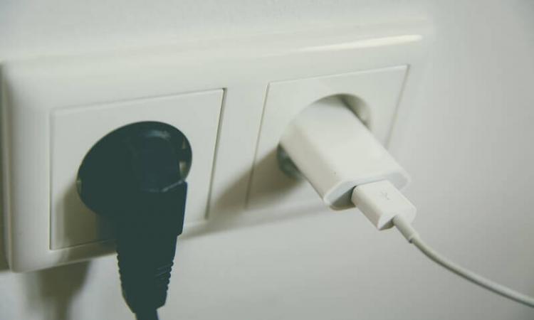 Elektrische toestellen altijd in het stopcontact: een dure zaak?